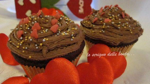 CUPCAKE AL CACAO CON FROSTING AL MASCARPONE  …..per la festa più romantica dell'anno.