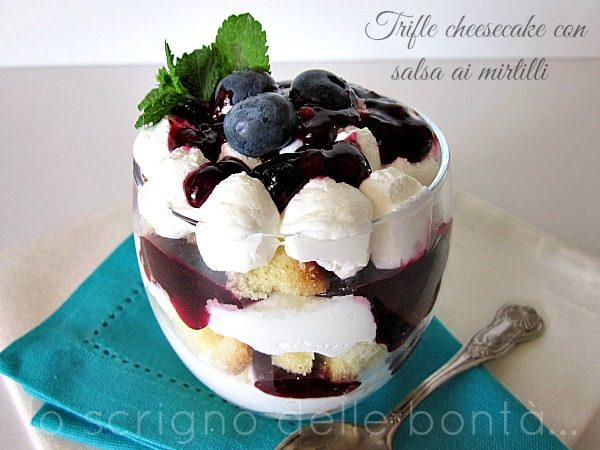 TRIFLE CHEESECAKE CON SALSA AI MIRTILLI